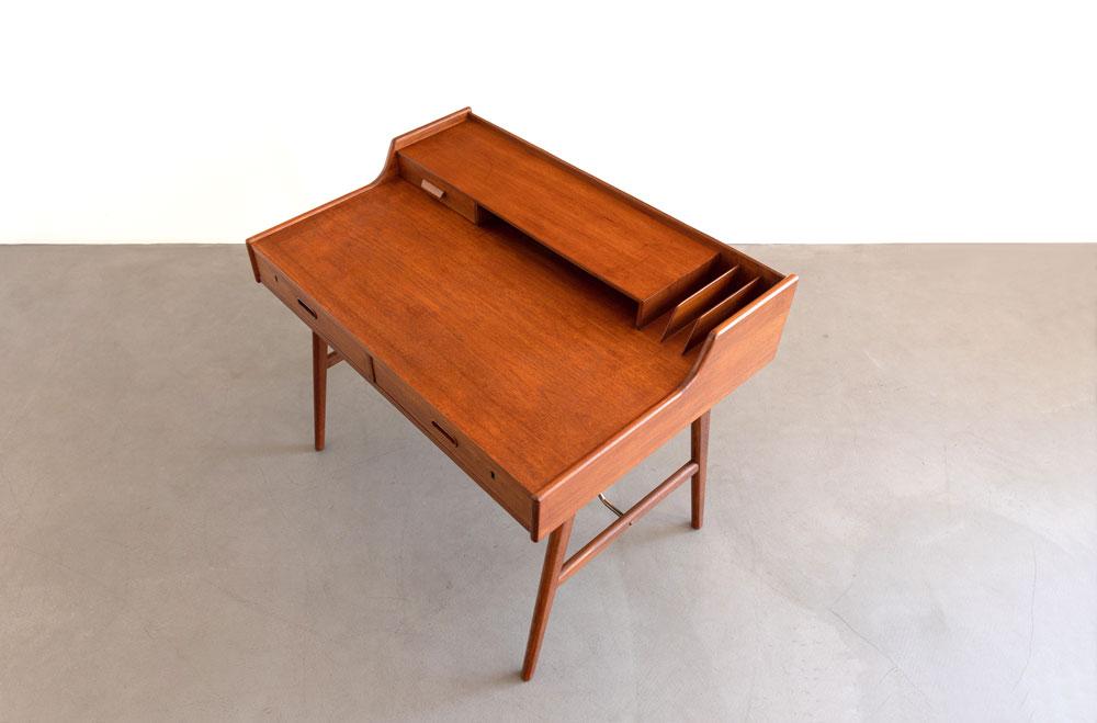 Mid-century Schreibtisch mit Ablagefächer, Teak furniert