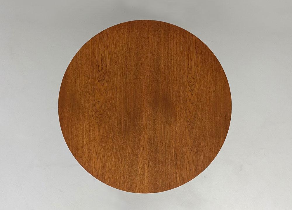Tisch aus Teakholz, Kreuzfuß, Stahlgestell